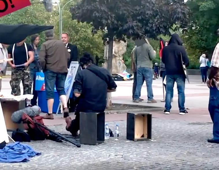 VIDEO – Voorbijgangers filmen bizarre scene waarin zwarte man net alsof wordt achterna gezeten – AfD: 'We zijn geschokt door de poging om nepvideo's te lekken' –