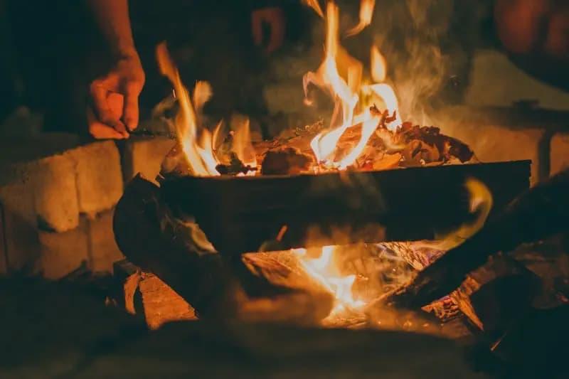 De afbraak van een thuis drijft mensen naar het vuur
