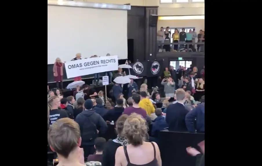 """VIDEO: Antifa's in collegezaal Hamburg scanderen """"Nazi-zwijnen weg uit de uni!"""""""